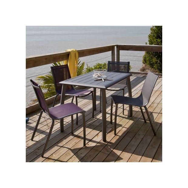 Salon de jardin : table Azuro 110 cm gris anthracite + 2 chaises  gris/aubergine +2 chaises gris/noir